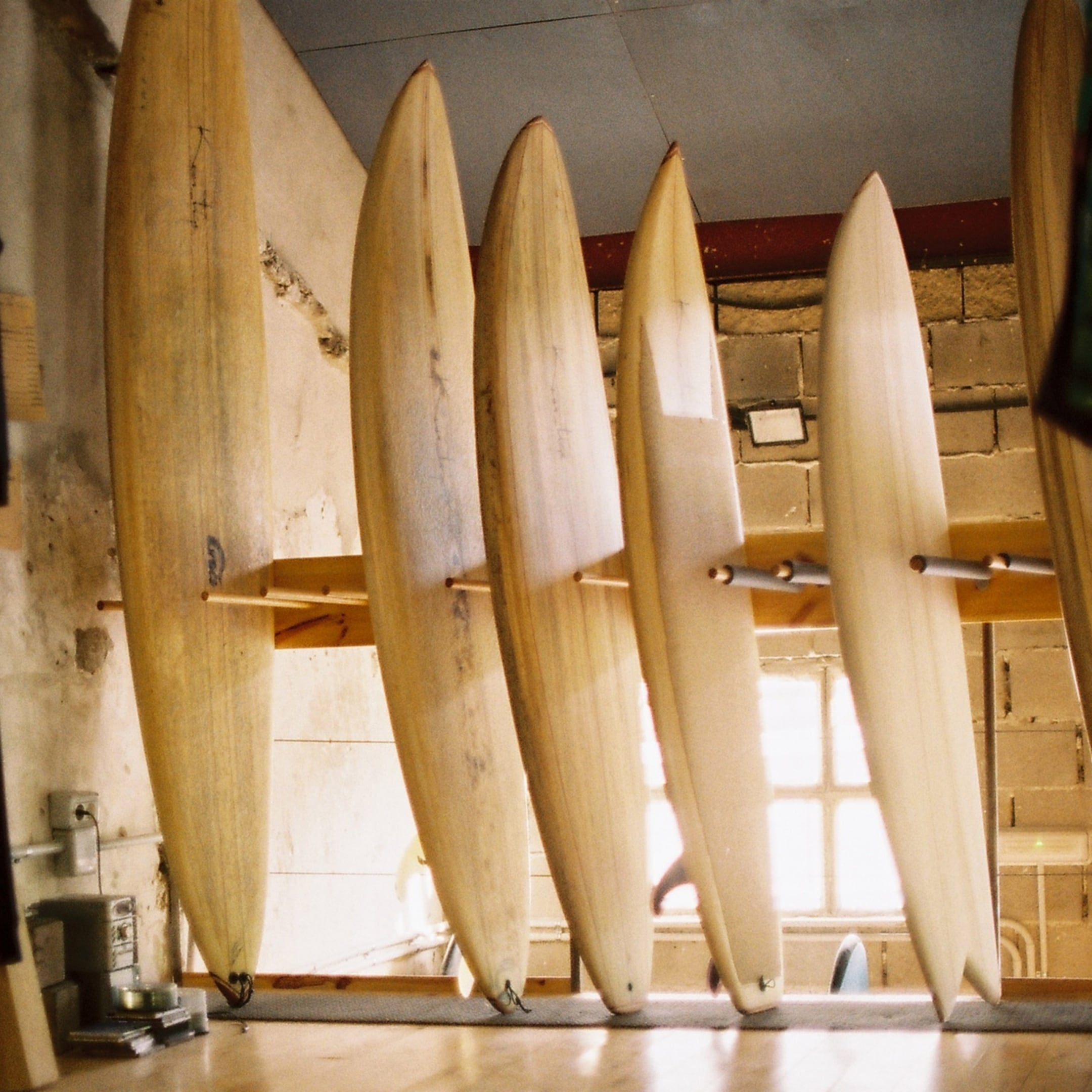 Wooden surfboards of different sizes in the surfshop