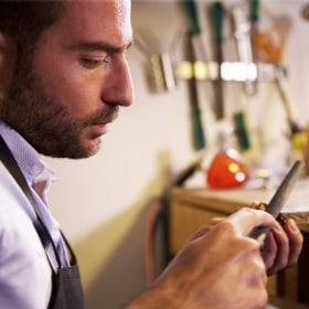 Jérôme polishes the frame of the glasses in his workshop