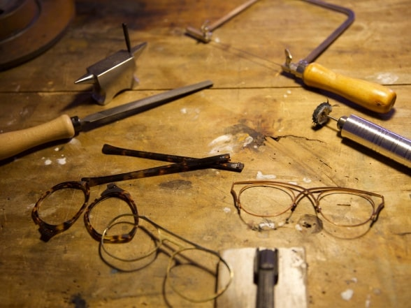Tools for assembling a pair of glasses on a workbench