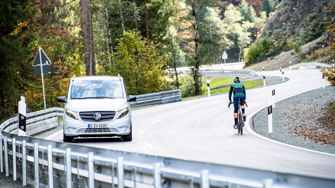 The Mercedes-Benz eVito Tourer and a cyclist enter a curve